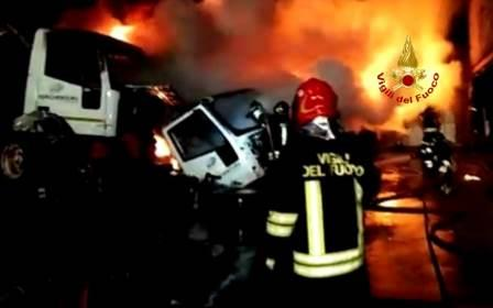 immagine incendio autodemolizione sestu