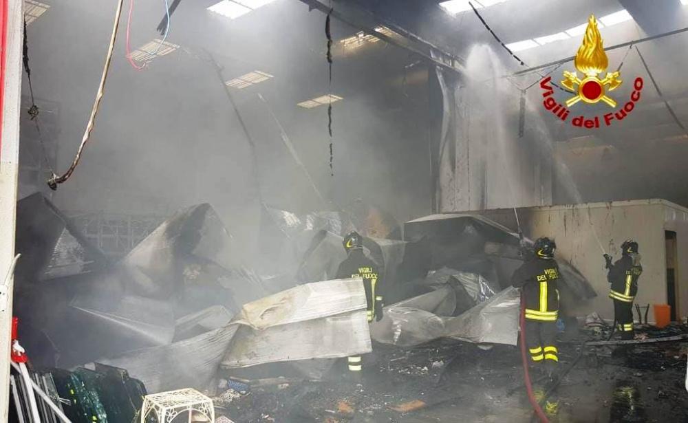 immagine incendio capannone a settimo san pietro