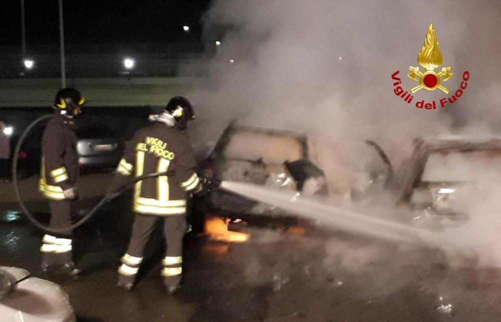 immagine incendio di auto in via schiavazzi a cagliari