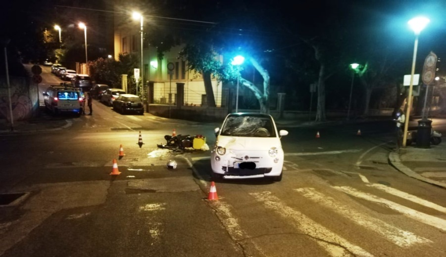 incidente viale merello tra auto e scooter, ferito gravemente un portapizze