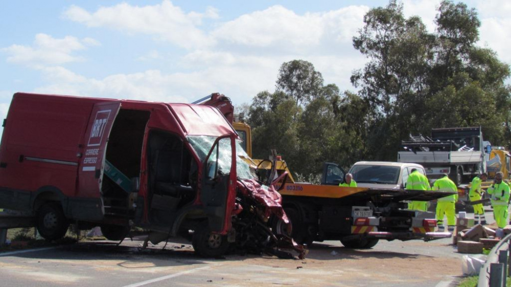 immagine furgone brt incidente a villasor