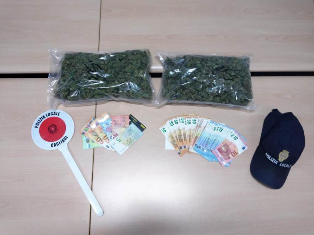 immagine droga e denaro sequestrato polizia locale cagliaritana