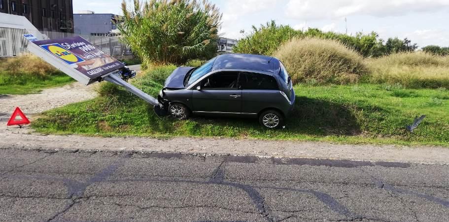 immagine auto fuori strada