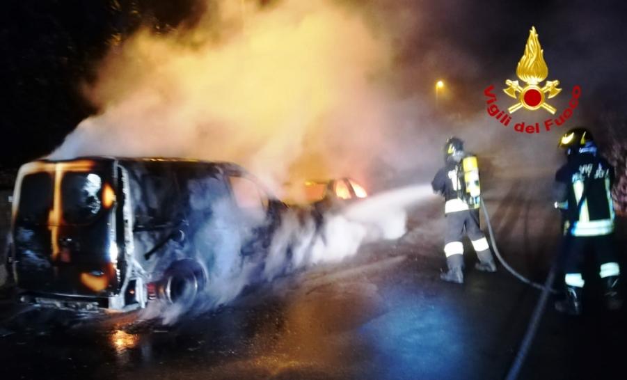immagine vigili del fuoco che spengono auto in fiamme