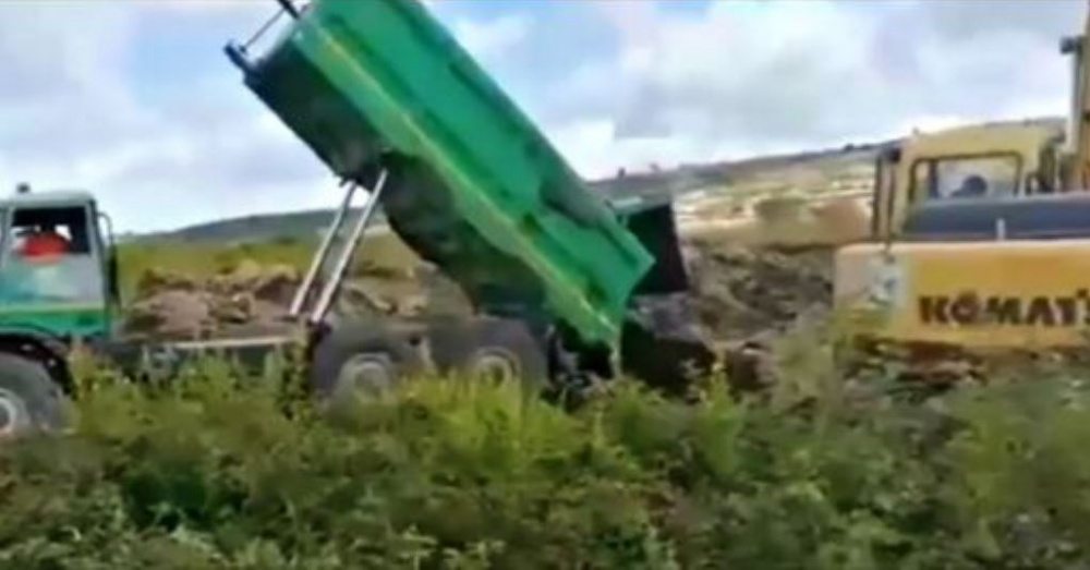Immagine Un camion scarica nella fossa i fanghi fognari a magomadas