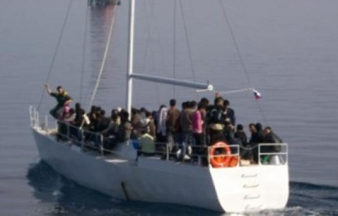 immagine migranti barca a vela al largo puglia
