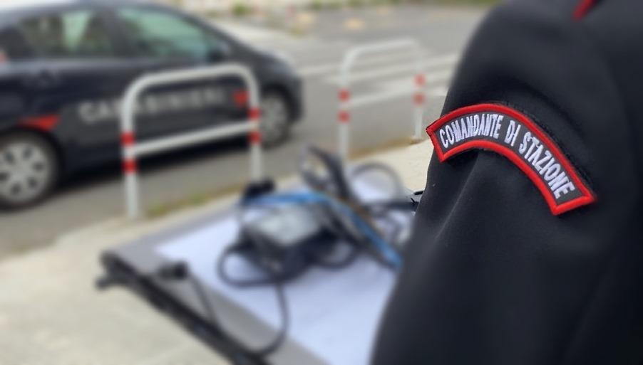 immagine carabinieri che consegnano pc agli studenti