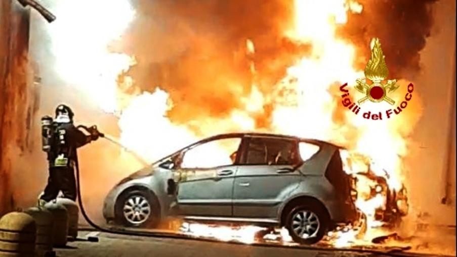 immagine auto in fiamme ad olbia