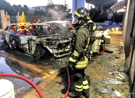 le auto devastate dalle fiamme