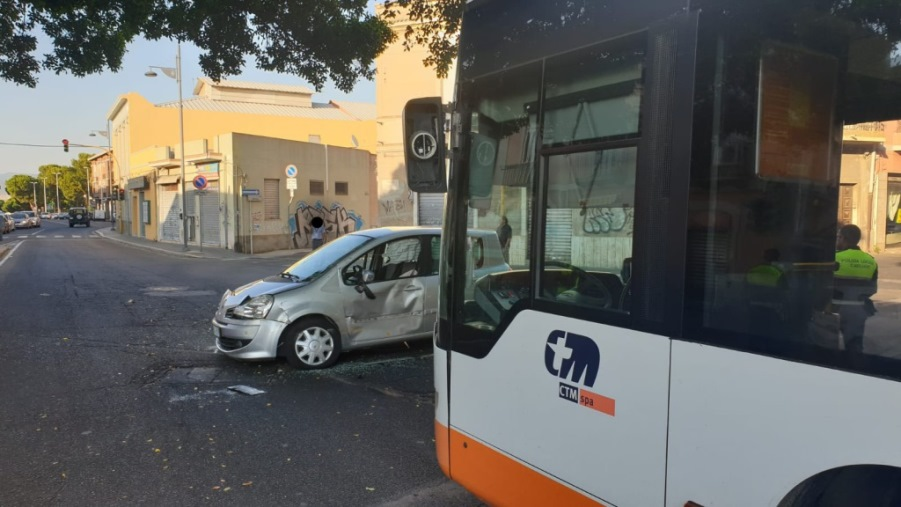 immagine incidente a pirri, scontro autobus e automobile