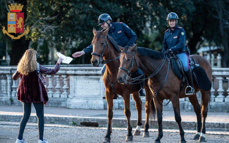 polizia roma a cavallo controlli coronavirus