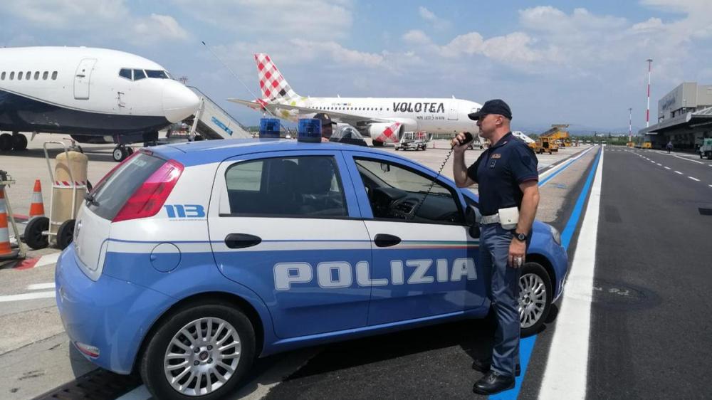 immagine polizia di frontiera bambino moldavo ospitato da poliziotto