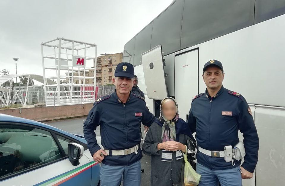 Nonnina scortata da poliziotti