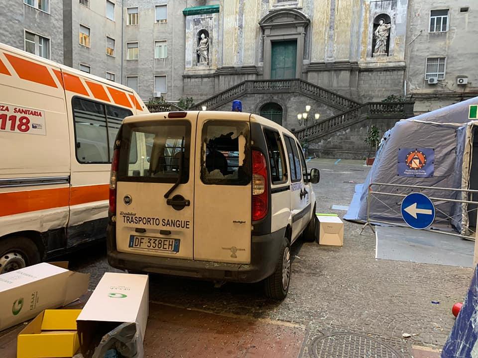 auto devastata al pronto soccorso di napoli