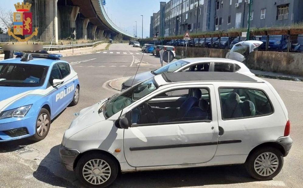 macchina fermata dalla polizia a napoli