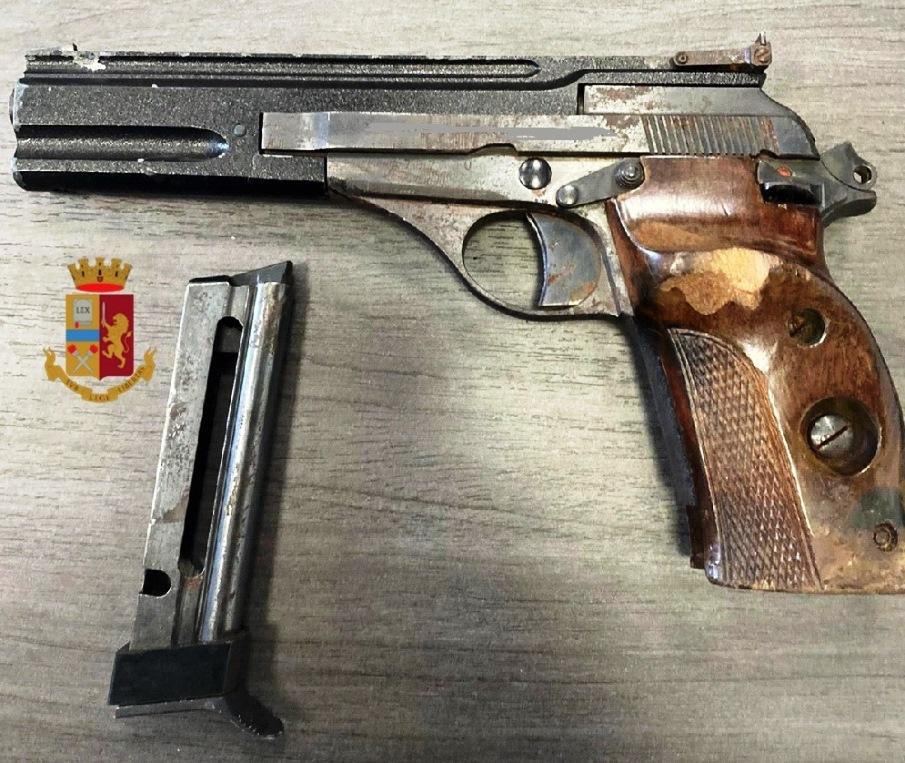 immagine pistola recuperata rapina napoli