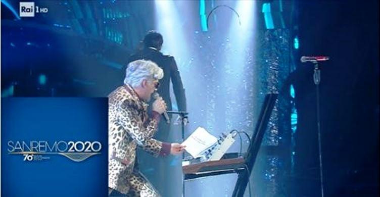 immagine 'esibizione di Morgan con Bugo che lascia il palco di sanremo .