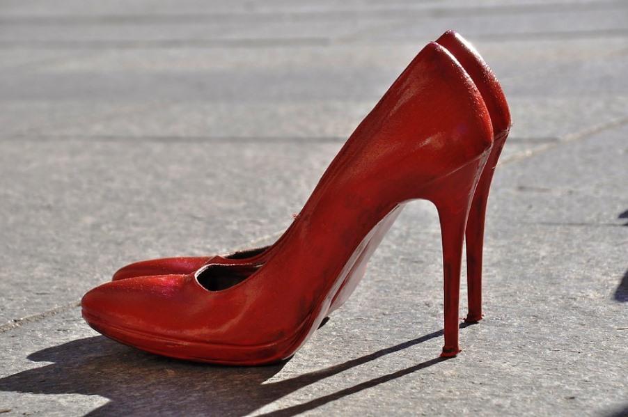 immagine scarpette rosse contro la violenza sulle donne