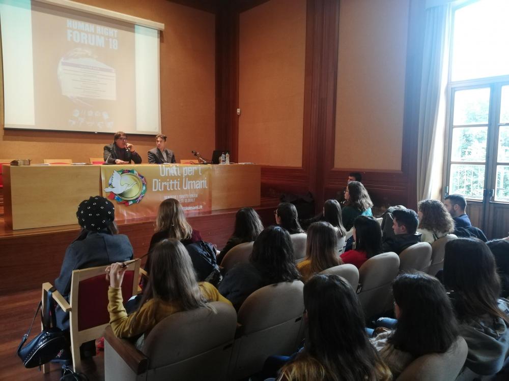 Immagine di una delle tante conferenze della Chiesa Scientology in Sardegna