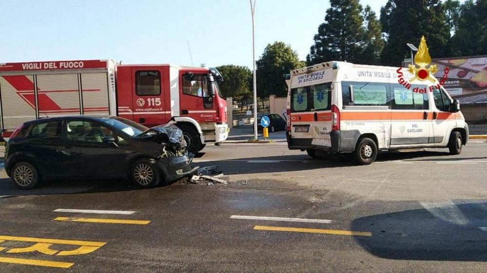 immagine scontro tra auto e ambulanza