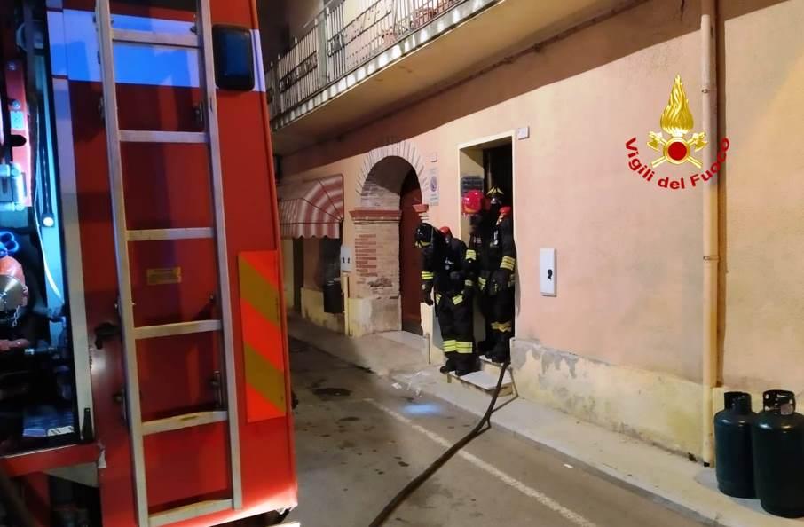 immagine vigili del fuoco incendio in appartamento a siliqua