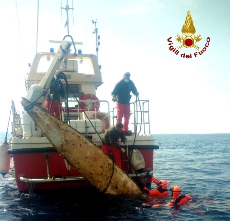 immagine sommozzatori che recuperano una canoa