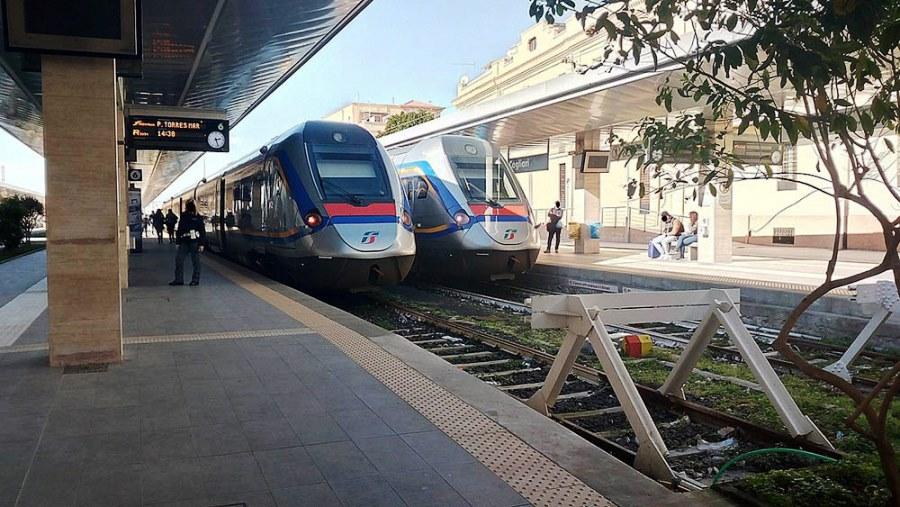 immagine treni stazione ferroviaria a cagliari