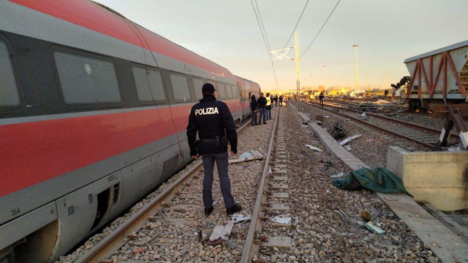 immagine treno deragliato a Lodi, morti due macchinisti.