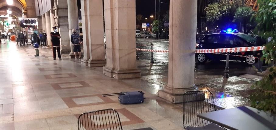 immagine trolley sospetto nel porticato di via roma