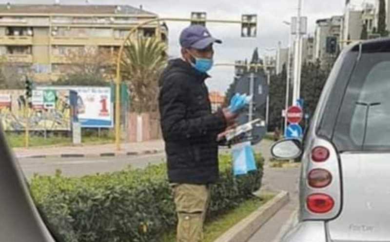 immagine venditore di mascherine anti coronavirus