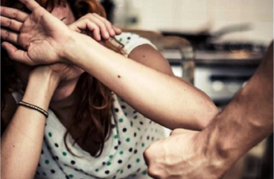 immagine violenza contro le donne, madre maltrattata dal figlio