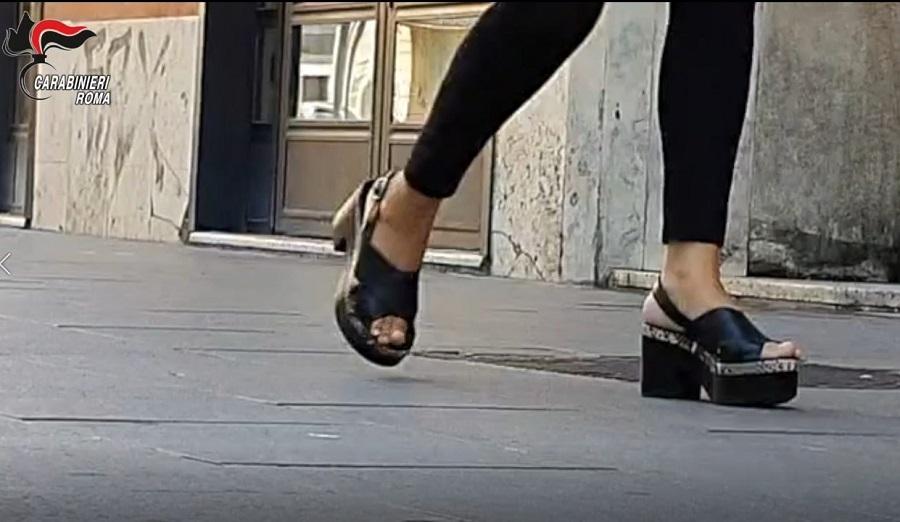 immagine donna che cammina